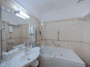 A bathroom at Hotel Waldinger