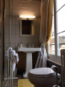 A bathroom at Chambres D'Hôtes La Villa Aliénor