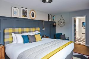A bed or beds in a room at Hotel Indigo - Stratford Upon Avon