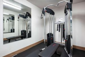 The fitness center and/or fitness facilities at La Quinta Inn by Wyndham Bend
