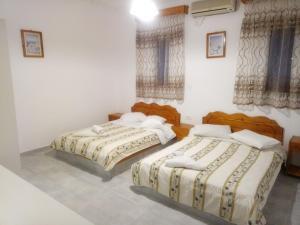 Un pat sau paturi într-o cameră la Hotel Perissa