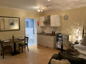A kitchen or kitchenette at Southernwood - Studio 2
