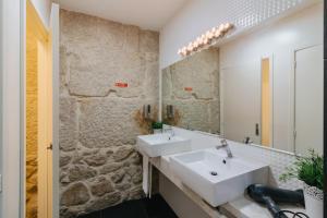 Uma casa de banho em Happy Porto Hostel & Apartments