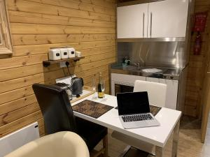 A kitchen or kitchenette at Southernwood - Garden Lodge 9