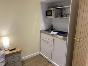 A kitchen or kitchenette at Southernwood - Garden Lodge 11