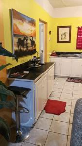 A kitchen or kitchenette at Hillview Home Away from home