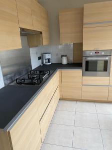 Cuisine ou kitchenette dans l'établissement Westhoek Apartments