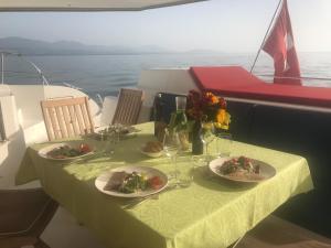 Restaurant ou autre lieu de restauration dans l'établissement Floatinn Boat-BnB