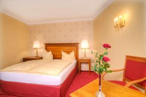 A bed or beds in a room at Romantik Hotel Der Adelshof
