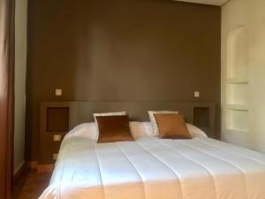 A bed or beds in a room at La merveilleuse Dar Dounia
