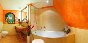 A bathroom at Romantik Hotel Der Adelshof