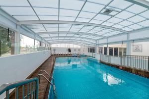 בריכת השחייה שנמצאת ב-מלון אסטרל נירוונה סוויטס - הכל כלול או באזור