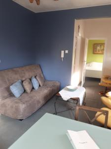 A seating area at Apartment Descamps