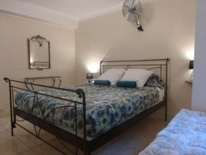 A bed or beds in a room at 6 bedrooms seaview house, Old Town