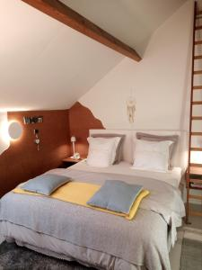 A bed or beds in a room at BC bed en comfort