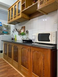 A kitchen or kitchenette at Monkey house R-2 bedrooms 1wc city center 1km to backpacker area