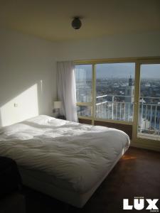 Een bed of bedden in een kamer bij Lux Skyline Sea-View Apartments