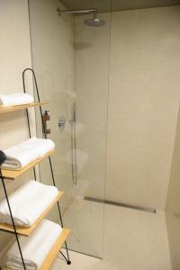 A bathroom at Raw Culture Art & Lofts Bairro Alto