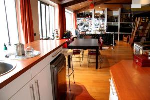A kitchen or kitchenette at Loft character with a view of court