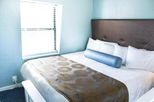 A bed or beds in a room at Ocean Echo Inn & Beach Cottages
