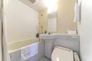 A bathroom at Meitetsu Inn Hamamatsucho