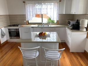 A kitchen or kitchenette at Bay of Fires Great Escape