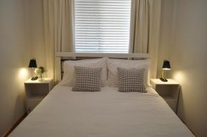 A bed or beds in a room at Bay of Fires Great Escape