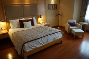 A bed or beds in a room at Jaypee Vasant Continental