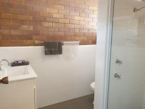 A bathroom at Merino Motor Inn