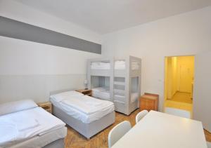 Een stapelbed of stapelbedden in een kamer bij Central Spot Prague Apartments