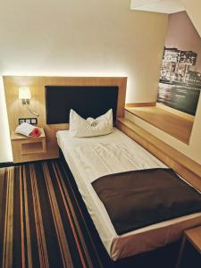 A bed or beds in a room at Hotel Fortune