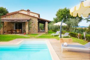 Piscina di LUXURY VILLA SALTWATER POOL 35min FROM CORTONA o nelle vicinanze