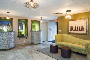The lobby or reception area at 816 Hotel Westport Country Club Plaza, Ascend Hotel Collection