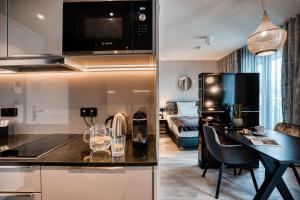 A kitchen or kitchenette at CLOUD No7 APARTMENTS