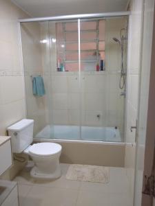 A bathroom at Quarto aconchegante no Calçadão