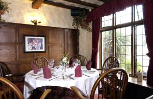 A restaurant or other place to eat at The Horseshoe Inn – RelaxInnz