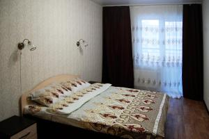 A bed or beds in a room at Apartment Bulvar Molodezhi 46