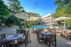 A restaurant or other place to eat at Patong Lodge Hotel