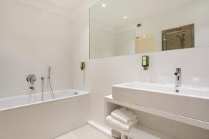 A bathroom at Hôtel Rotonde
