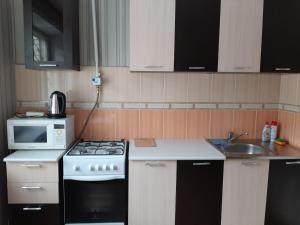Кухня или мини-кухня в Апартаменты на Трнавского