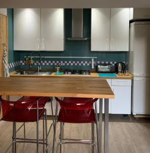 A kitchen or kitchenette at The Rica House