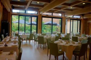 Un restaurante o sitio para comer en Canterbury Cathedral Lodge