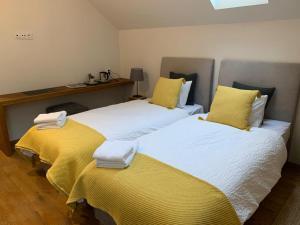 Łóżko lub łóżka w pokoju w obiekcie Folwark Wąsowo