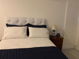 A bed or beds in a room at Loft Centro Histórico e Casa de Cultura Mário Quintana