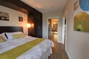 Łóżko lub łóżka w pokoju w obiekcie Around the Sea - Cana da's Rotating House, Suites & Tours