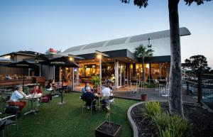 A restaurant or other place to eat at Nightcap at Shoppingtown Hotel