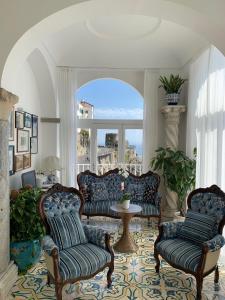A seating area at Hotel Marina Riviera