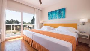 A bed or beds in a room at Diverhotel Dino Marbella