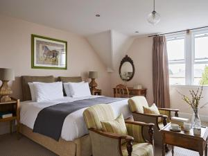 A bed or beds in a room at Cotswold Grange