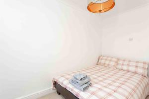 A bed or beds in a room at Fisherman's Cottage across from Old Leigh & beach